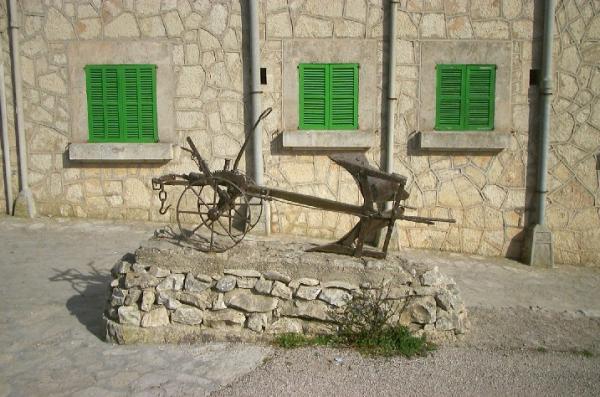 Antiguos Aperos De Labranza Dentro Del Monasterio